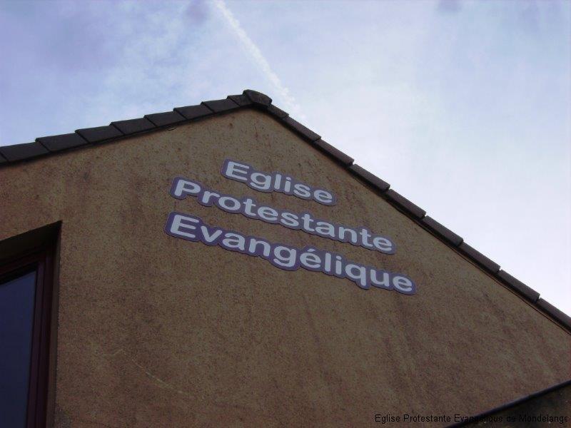 """Vue numéro 1 de notre église en avril 2012 après la pose de l'inscription """"église protestante évangélique"""""""